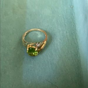 unknown Jewelry - Peridot stone ring with diamonds . 10 carat gold.
